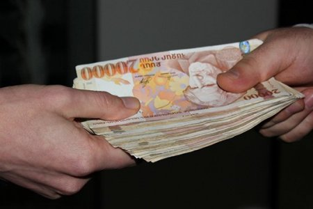 Ընտրակաշառք բաժանելու նպատակով առձեռն վերցրել է 13.000.000 դրամ (տեսանյութ)