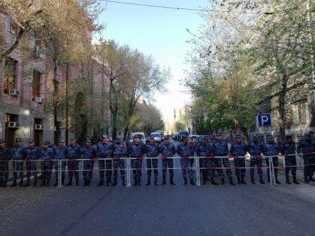 Ոստիկանները պաշտպանում են ՀՀԿ շենքը