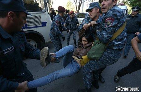 Ինչպես են ոստիկանները բռնի ուժով բերման ենթարկում  ցուցարարներին. լուսանկարներ