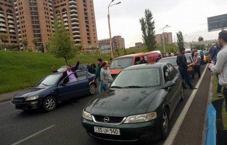 Մոտ 50 վարորդ հավաքվել են ճանապարհային ոստիկանության մոտ. պահանջում են իրենց մեքենաները