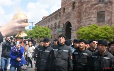 Հանրապետության հրապարակում ոստիկանները «Հայր մեր»-ն են աղոթում. Տեսանյութ