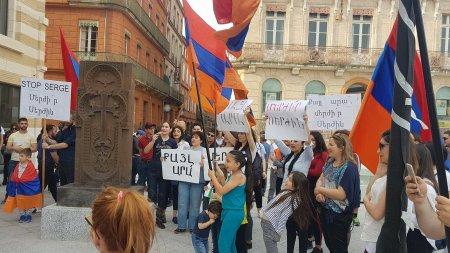 Ֆրանսիահայ համայնքը իրեն զորակցությունն է հայտնում Հայաստանի քաղաքացիներին և Հայաստանում ընթացող բողոքի ակցիաներին. Լուսանկարներ, Տեսանյութ