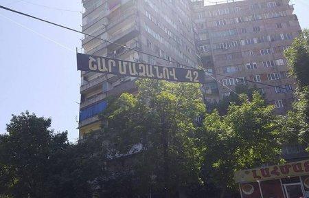 Ցուցարարները փողոցում կախել են Շարմազանովի քաղաքական մահը խորհրդանշող սեւ ժապավեն