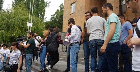 ԵՊՀ ռեկտոր Արամ Սիմոնյանին մաղթում ենք առողջություն և ի աջակցություն դադարեցնում ենք բողոքի ակցիաները