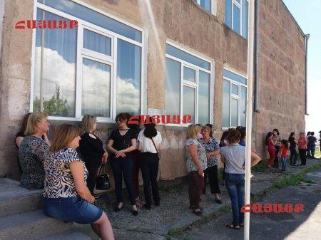 Մուղնու դպրոցի տնօրենի ընտրությունը չկայացավ, բնակիչները  փակել էին դպրոցի մուտքը.Տեսանյութ, Լուսանկարներ