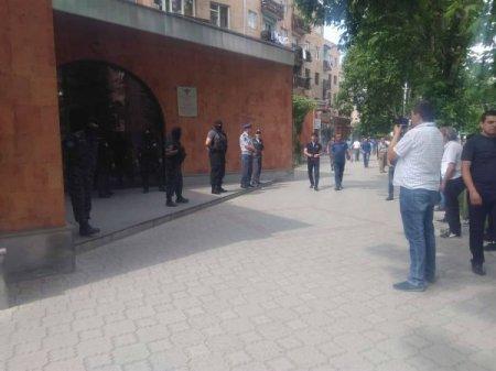 ԱԱԾ աշխատակիցները շրջափակել են ԵԿՄ շենքը. Մանվել Գրիգորյանը ներսում է