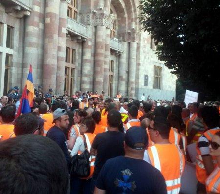 Ամուլսարի բազմաթիվ աշխատակիցներ ի նշան բողոքի Երևանում են՝ ՀՀ կառավարության շենքի դիմաց