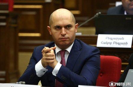 Պարզվեց, որ երկրում մոլեգնող աբսուրդի թատրոնը ինձ էլ է հասել. Բարով մնաք. Հարգում եմ բոլորիդ. Արմեն Աշոտյան