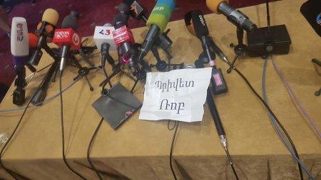 Իրավախախտմամբ՝ իրավախախտման դեմ. ակտիվիստները տապալեցին Քոչարյանի ասուլիսը