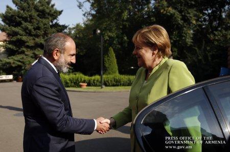 «Հրապարակ».Մերկելին դիմավորելիս ստիպված են եղել  1 օրով նախագահին սպասարկող զրահապատ BMW-ը  վերցնել