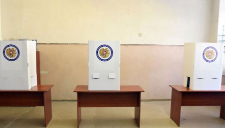 Քվեախցիկների հետևի մասում կակասկածելի դուռը, ընտրողների շարժը դեպի առանց համարանիշի ավտոմեքենա