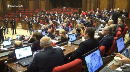 Արտահերթ նիստ Ազգային ժողովում. ԱԺ-ի դիմաց բազմամարդ է. այնտեղ է նաև վարչապետը. ուղիղ