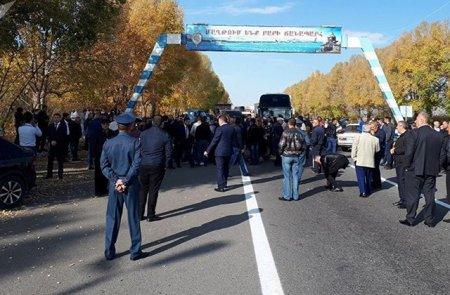 Արտակարգ իրավիճակ Երևան–Սևան ճանապարհին. ոստիկանների հարազատները փակել են մայրուղին