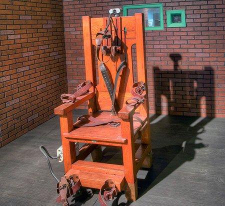 Էլեկտրական աթոռի վրա մահապատժի ենթարկվողը ժպտալով ասաց՝ «դե, միացրու»
