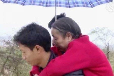 Տղամարդը 15 տարի մեջքին կրել է պարալիզացված մորը