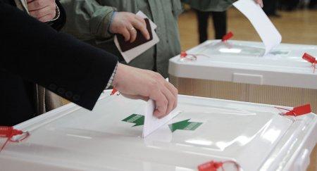 Քվեարկելուց հետո մարդիկ մոտենում են ԲՀԿ-ական գյուղապետին ու նրա որդուն