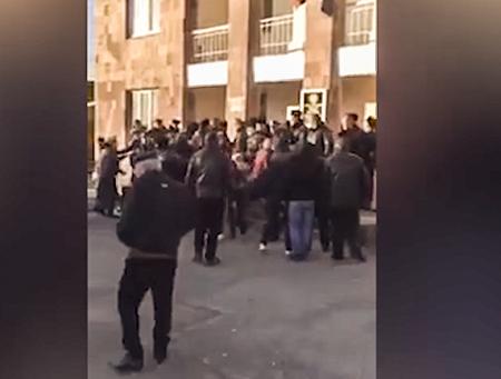 Տեսանյութ. Զարզանդ,դուրս արի. 2 արյունարբու ախպերներով հենց էս շենքում ազատամարտիկին շան վանդակի մեջ են պահել