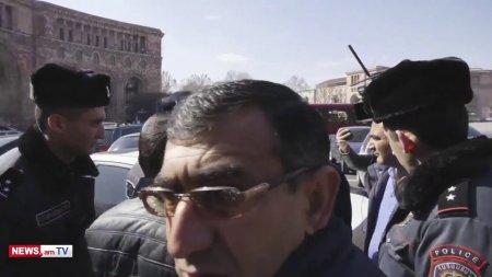 Տեսանյութ. Ինքնահրկիզման փորձ Կառավարության մոտ. ոստիկանները բիրտ ուժ կիրառելւվ՝ բերման ենթարկեցին քաղաքացուն