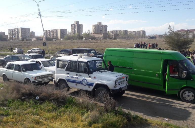 Զարթոնք գյուղի բնակիչները փակել են Արմավիր-Երևան միջպետական ճանապարհը, բախումներն անխուսափելի են